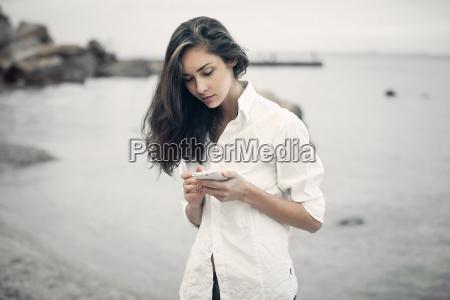 portraet von teenager maedchen zu fuss