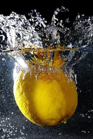 zitrone unter wasser