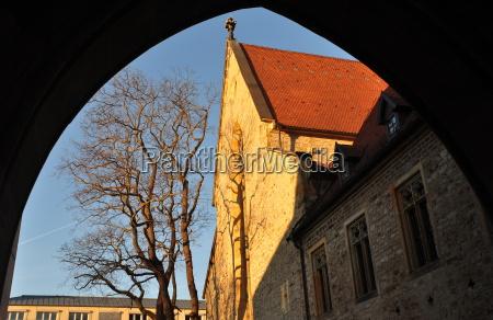 blick auf das augustinerkloster durch einen