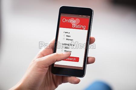 person dating online auf smartphone