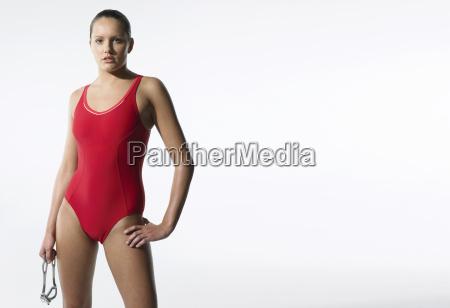 ueberzeugter weiblicher schwimmer