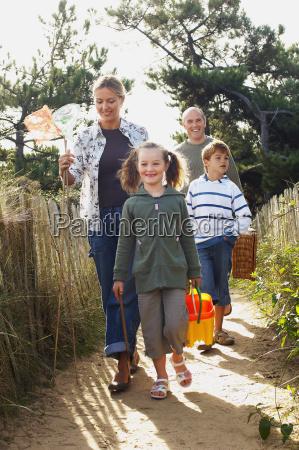 familie die auf strandspur geht