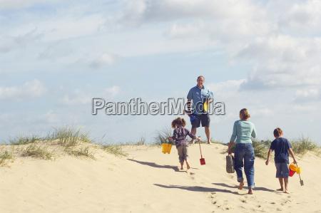 familie die oben sandduene auf strand
