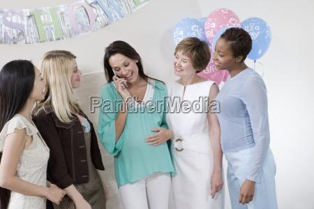 schwangere frau mit freunden mit handy