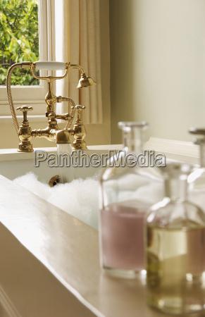 bad oel flaschen mit blase badewanne