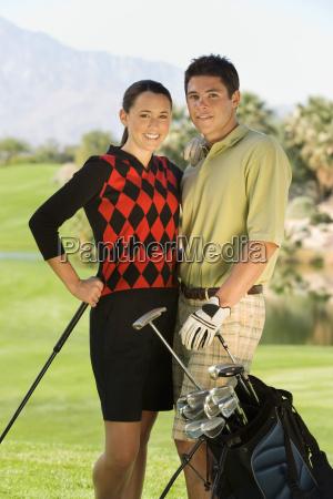 golf paare die zusammen auf kurs