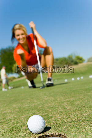 weibliche, golfer, blick, auf, ball, rolling - 21391129