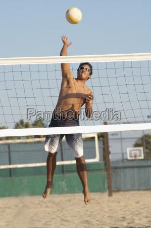 mann der strand volleyball spielt