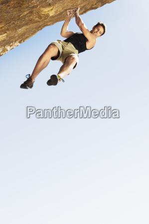 kletterer der von der klippe springt