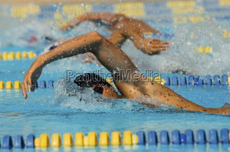 teilnehmer im schwimmen rennen
