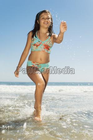 teenager-mädchen, läuft, am, strand - 21396037