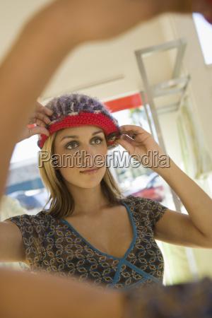 frau die knit cap im speicher