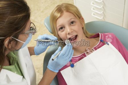 maedchen mit zaehnen in der zahnklinik