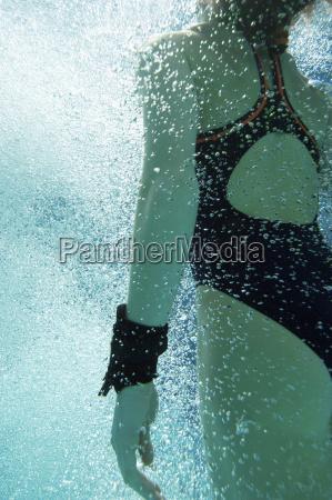kaukasischen frauen schwimmer schwimmen