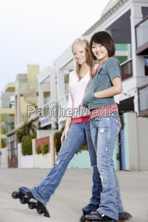 freundinnen rollerblading auf der strasse