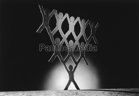 pyramide ausgeschnittenen papierfiguren b w