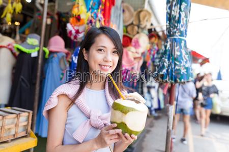 junge frau geniessen kokosnuss juciy im