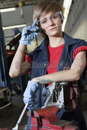 portraet eines jungen weiblichen mechaniker tragen
