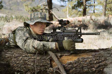 soldat mit dem maschinengewehr das auf
