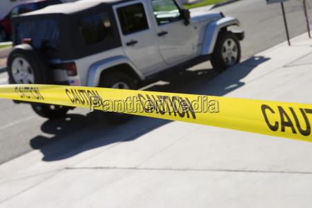 jeep hinter polizei tape
