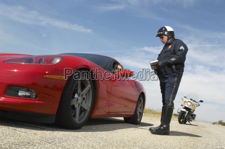 traffic cop talking mit fahrer des