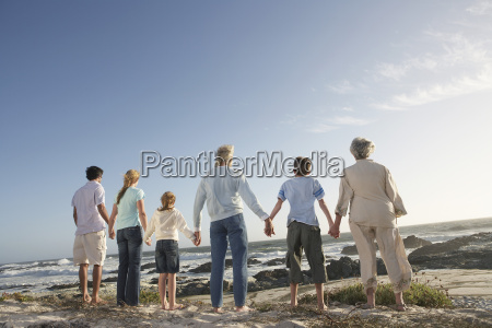 drei generation familie holding hands on