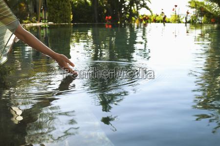 ruehrendes wasser der frau des swimmingpools