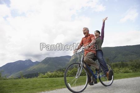 froehlich mittleren alter paar radfahren auf