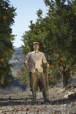 landwirt der auf dem orange gebiet