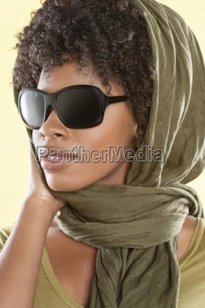 afroamerikanische frau traegt sonnenbrille mit stola