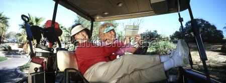 zwei frauen in der golf cart