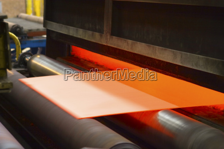 bettlaken mit orangefarbenem material das durch