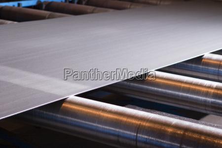 kontinuierliches blatt metallisches material wird durch