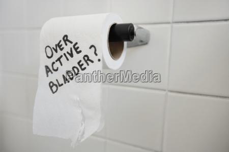 close up der toilettenpapierrolle mit dem