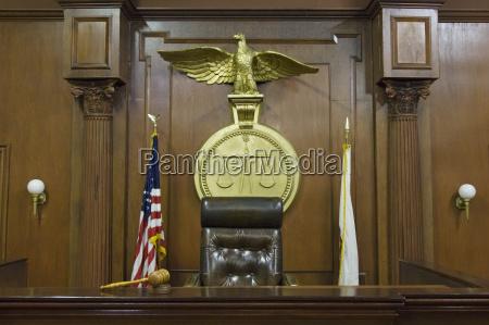 juristische skalen hinter dem richterstuhl