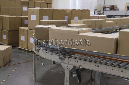 cajas en la cinta transportadora en