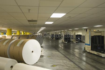 riesige rollen von papier in zeitungsfabrik