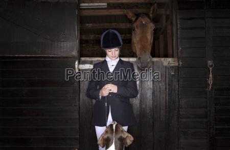 reiter reiter mit pferd und hund