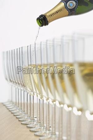 flasche champagner fuellung reihe von brillen
