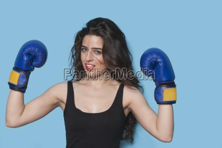 portrait eines schoenen jungen weiblichen boxer