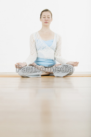 frau meditating in lotus position