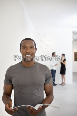 frontansicht des jungen mannes in laessig
