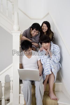 junge paare geniessen waehrend mit laptop