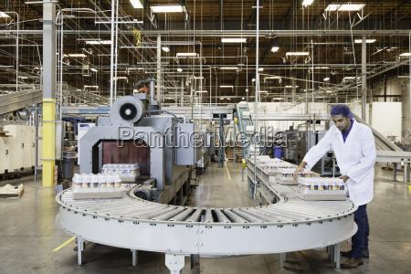 mann arbeitet in abfuellfabrik