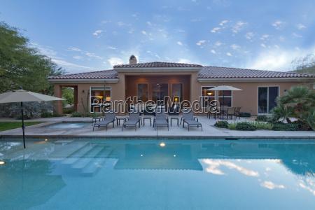 rueckansicht der luxusvilla mit pool