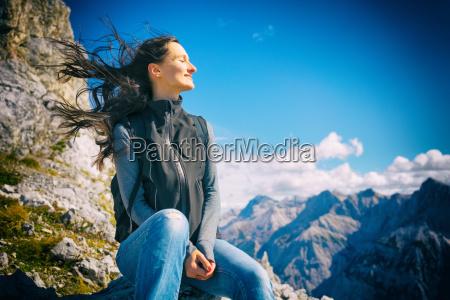 frau auf bergwanderung ihr haar weht