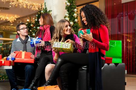 weihnachtseinkaeufe freunde im einkaufszentrum