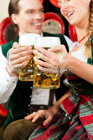 ehepaar, trinkt, bier, in, brauerei - 21474489