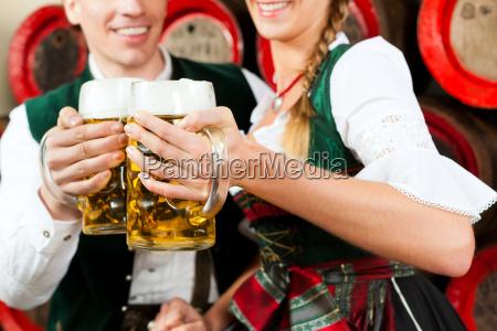 paar, trinkt, bier, in, brauerei - 21474487
