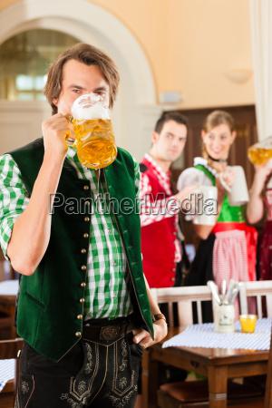 jugendliche, im, traditionellen, bayerischen, tracht, im - 21475843